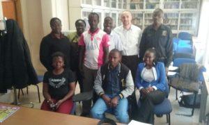 Andrea-con-studenti-da-Uganda_PerMicro